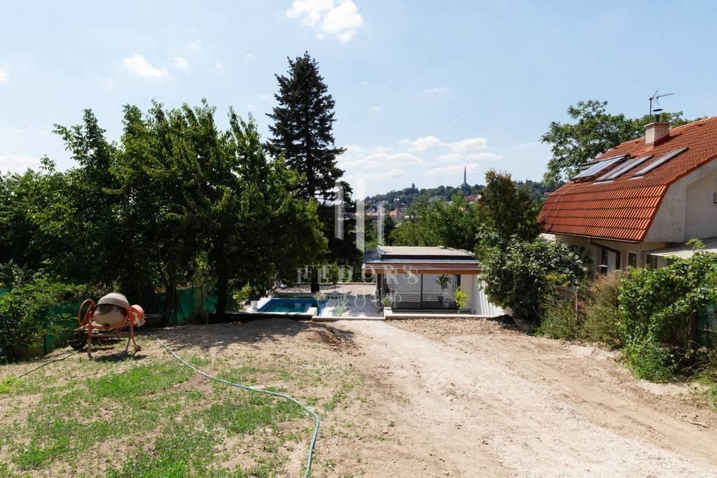 Nádherný pozemok so stavebným povolením na viacbytový rodinný dom