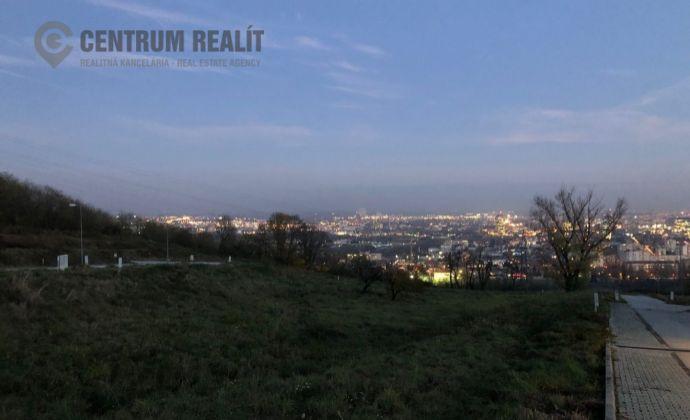Lukratívny stavebný pozemok (aj na dvojdom) s výhľadom, IS, 715 m2, BA Nové Mesto, možnosť odpočtu DPH