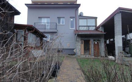 8 izbový rodinný dom, celopodpivničený, s terasou, zimnou záhradou, veľkým prístreškom s dielňou a altánkom Pernek!!!