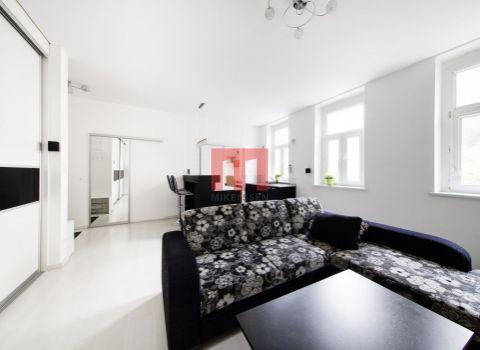 Príjemný 2 izbový byt v historickej časti Bratislavy na ulici Námestie 1. mája