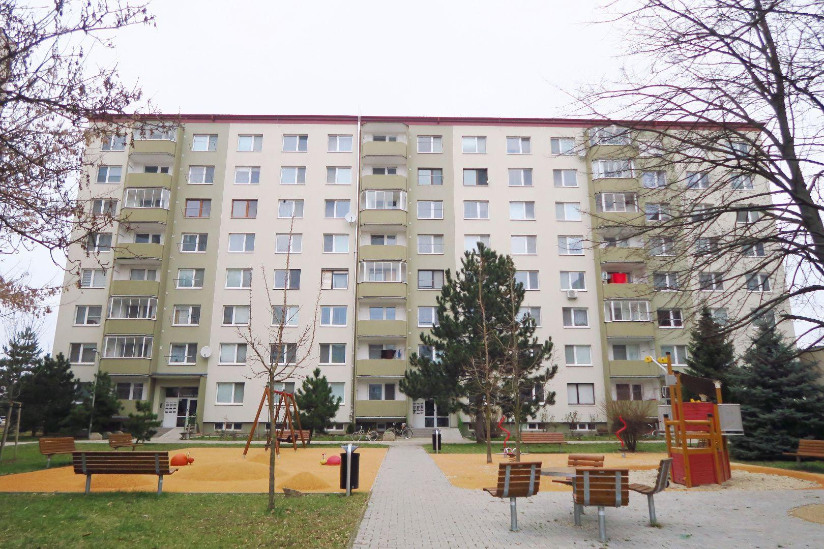 Hľadáme jedno, alebo dvojizbový byt v Senici. SÚRNE