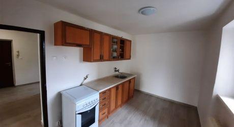 PREDAJ - prerobený 2 izbový tehlový byt na vnútornej okružnej pri kúpalisku v Komárne
