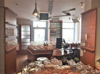 PROMINENT REAL prenajme obchodný priestor s výkladom na prízemí historickej budovy na Župnom námestí.
