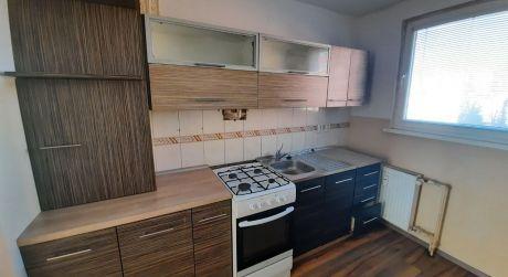 PREDAJ - Prerobený 3 izbový byt s loggiou v bauringoch v Komárne