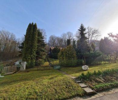 Exkluzívne u nás. Ponúkame na predaj lukratívny stavebný pozemok s rekreačnou chatou v mestskej časti Jelšové.
