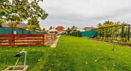 VÝBORNÁ PONUKA- 2 samostatne stojace domy za 1 cenu v Tomášove .