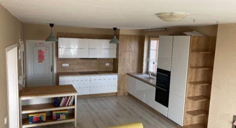 Kuchárek-real: Ponúka 3 izbový byt s parkovacím státim a dvoma balónmi v obci Viničné.