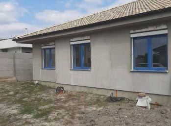 Ponúkame na predaj 3 izbovú novostavbu dvojdomu vo Veľkom Medery.