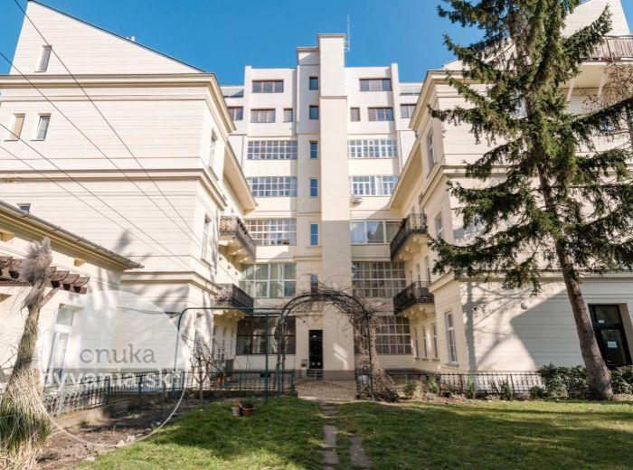 REZERVOVANÉ - ŠTEFÁNIKOVA, 1-i byt, 54 m2 - CENTRUM zároveň POKOJ, vnútroblok so záhradou, MEDZIPOSCHODIE, tehla