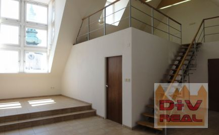 Atypický podkrovný priestor vhodný na kancelárie, Župné námestie, 82m2, vlastné sociálne zariadenie