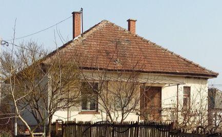 GEMINIBROKER Vám ponúka v obci Komjáti rodinný dom  v tichej uličke.