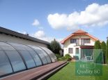 Okr. SENEC - VEĽKÝ BIEL - NA PREDAJ exkluzívny rodinný dom s celoročným bazénom na brehu jazera pre náročných
