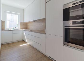 Predaj moderného dvojpodlažného 3 izb.bytu v novostavbe rodinného domu, s vlastnou záhradkou a parkovacím miestom a novou murovanou garážou, Šamorín