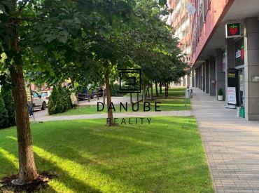 Predaj priestranný 1,1/2 -izbový byt s parkovacím státím a pivničnou kobkou pri Kuchajde na Tomášikovej ulici v Bratislave – Nové Mesto.