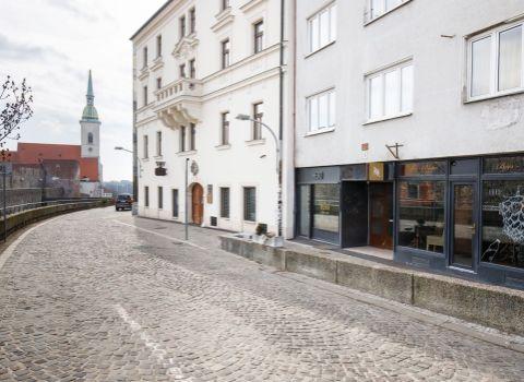 REZERVOVANÝ - na predaj 1 izbový byt v lukratívnej lokalite Starého mesta pod Bratislavským hradom