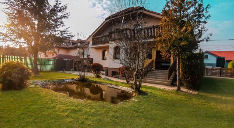 Priestranný 6 izbový kompletne podpivničený rodinný dom v Hamuliakove na predaj