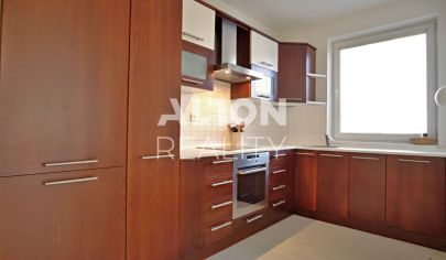 REZERVOVANE Na predaj veľmi príjemný 3 izbový byt s garážovým státím na začiatku Rovinky.