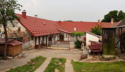 REZERVOVANÝ!       NA PREDAJ výborný 4 izbový rodinný dom s veľkým pozemkom v obci Smolinské okr. Senica