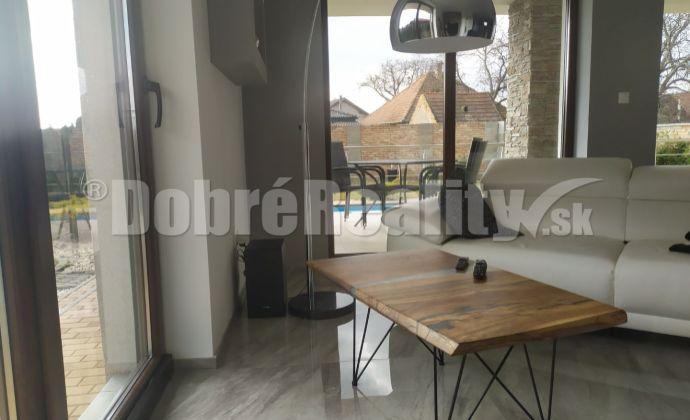 Rezervované - Predaj exkluzívneho domu s bonusom súkromia v dobrej lokalite obce Dvory nad Žitavou.