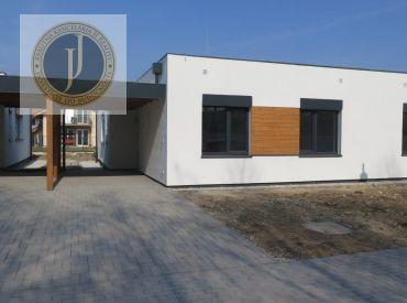 POSLEDNÝ 4-izbový jednopodlažný dom s prístreškom pre auto