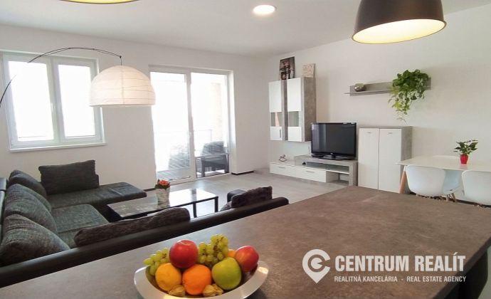 x REZERVOVANÉ x Príjemný a priestranný 3-izbový byt (81 m2), loggia, 2x parkovacie miesto, povala, Dunajská Lužná