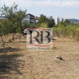 Na predaj perspektívny rovinatý pozemok v intraviláne v blízkosti rodinných domov - Rača, 600m2