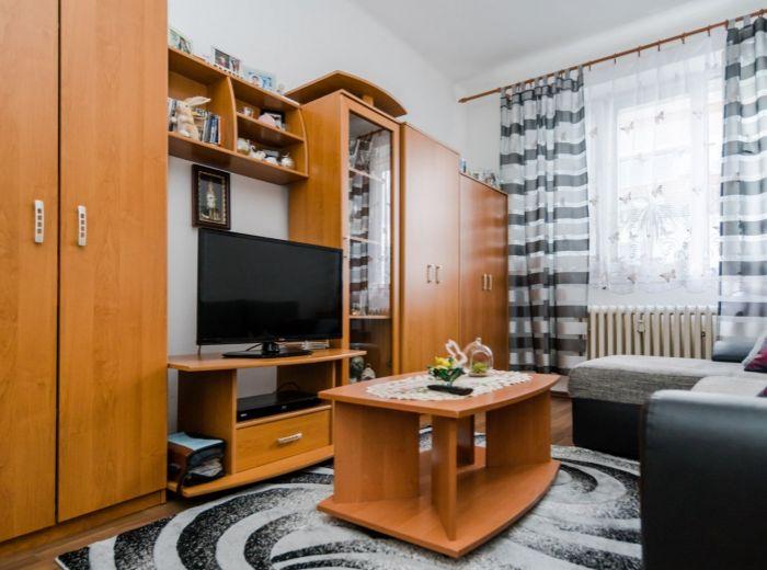 NOBELOVA, 1-i byt, 31 m2 – ZREKONŠTRUOVANÝ BYTOVÝ DOM, pokoj, ELEKTRIČKA