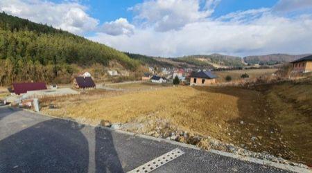 Ponúkame na predaj stavebný pozemok v Hornom Moštenci s výstavbou rodinného domu.