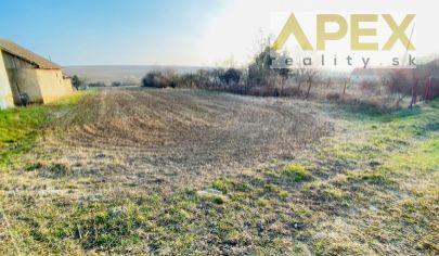 APEX reality predaj stavebného pozemku v Kapinciach, 1530 m2, šírka 18 m, IS na hranici pozemku