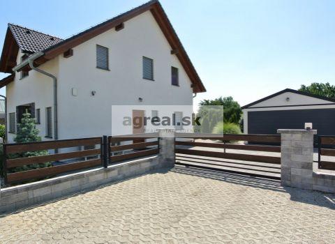 Znížená cena!!! Predaj- kvalitná 5. izb. novostavba- nízkoenergetika (ÚP 132 m2, pozemok 983 m2) so samost. garážou (30 m2) a terasou s pergolou (20 m2) v pokojnej ulici malebnej obce Edelstal (12 km