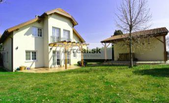 Predaj, elegantný 5- izb. dom (UP 212 m2 + 56 m2 terasy, pozemok 681 m2)  v pokojnej uličke malebnej obce Berg, Rakúsko- Niederösterreich
