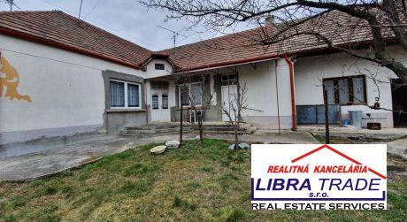 Ponúkame na predaj rodinný dom v Sikeničke s krásnym pozemkom o rozlohe 28 árov.