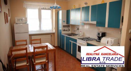 IBA U NÁS! PREDAJ - Prerobený 3 izbový svojpomocný byt s loggiou a garážou v Komárne