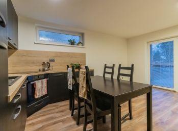 Predaj 3 izb. bytu s moderným zariadením v rodinnom dome s vlastnou teraskou ´+ záhradkou + novou murovanou garážou Šamorín