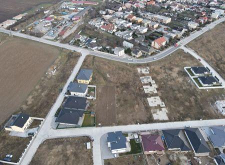 Stavebný pozemok (500 m2) Banka pri Piešťanoch