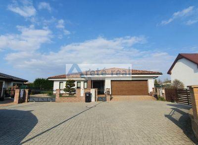 Areté real- 5- izbový bungalov s bazénom, udržiavanou záhradou a dvojgarážou. 1111m2