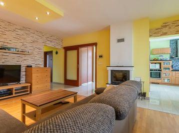 REZERVOVANÝ - Predaj rodinného domu, s prístreškom pre dve autá, drevený domček, bazén na 7,02á pozemku v Šamoríne