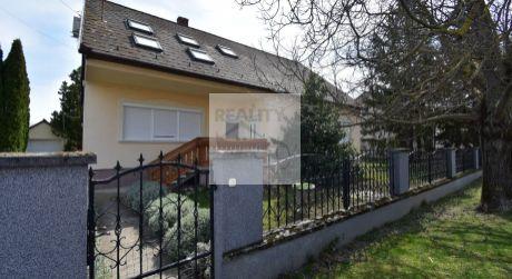 6 - izbový rodinný dom s nádhernou záhradou, bazénom, pivnicou, dvoj-garážou - obec Puski
