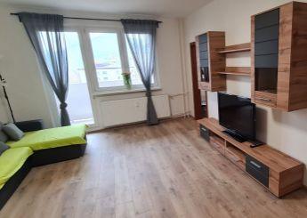 Na prenájom veľký, zariadený 1 izbový byt  s veľkým balkónom, kompletná rekonštrukcia, 40 m2 + balkón, Dubnica nad Váhom - Pod hájom.