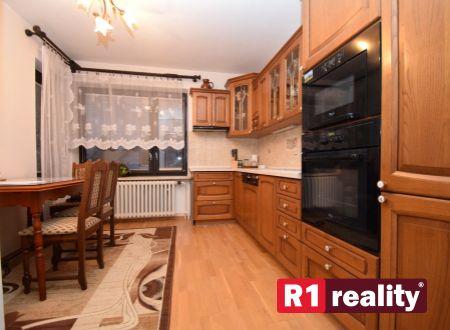 Pekný rodinný dom /pozemok 1702 m2, 2 bytové jednotky /garáž, bazén../ Moravany nad Váhom