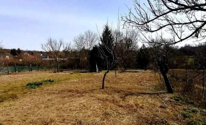 Na predaj slnečný, rovinatý pozemok vhodný na výstavbu rodinného domu v kľudnej časti obce Veľké Lovce