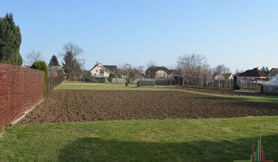 PREDANÉ: Pozemok v intraviláne o výmere 1.256 m2 s možnosťou výstavby 2 RD v záhrade, Cífer