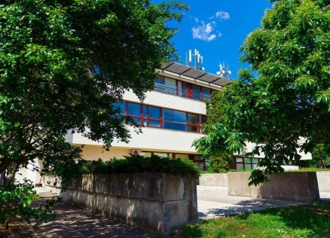 Športovisko a závodisko - Bratislava-Karlova Ves - Fotografia 1