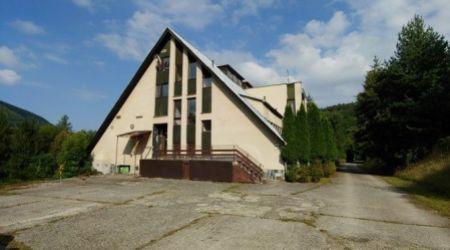 Ponúkame na predaj rekreačné zariadenie/horský hotel spolu s veľkým areálom v Slatinskej doline.