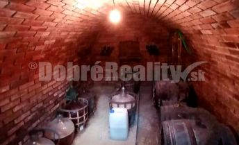 Exkluzívna ponuka - na predaj murovaný viničný domček s originálnou klenbovou  pivnicou a pozemkom neďaleko mesta Vráble /Maňa/. Cena dohodou.