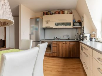 Predaj príjemného podkrovného  2 izb. bytu v nadstavbe bytového domu, vlastné kúrenie, 60m2, Bratislavská cesta