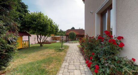 Rodinný dom /pozemok 723 m2, bazén/  Piešťany