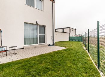 REZERVOVANÝ - Predaj modernej dvojpodlažnej 3 izb. novostavby rodinného domu, s moderným zariadením + záhradka a parkovacie miesto  Šamorín