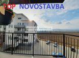 2 izbový SLOVENSKÝ GROB - n o v o s t a v b a  2020 - výhľad , priestranný balkón, PARKOVACIE miesto v cene !!