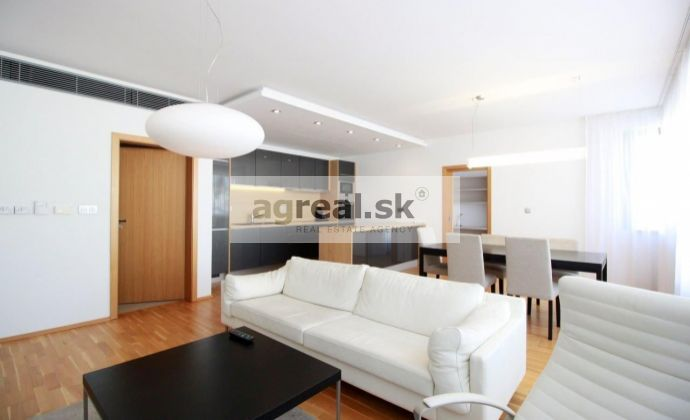 2 a 1/2 izbový byt v centre s parkingom a terasou / 1 and a half bedroom flat with parking and terrace in the center - Dunajska